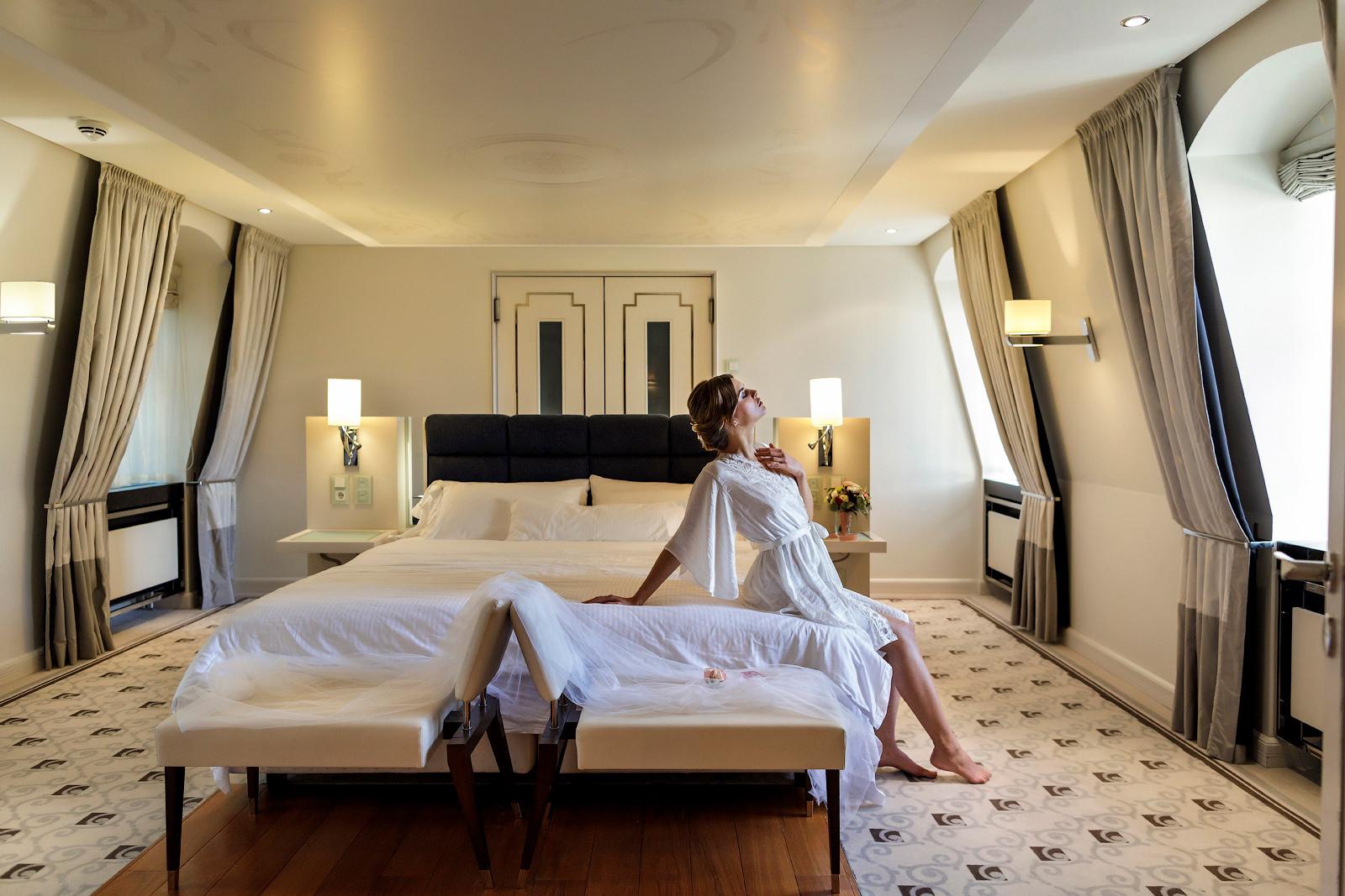 Ideen für ein Braut-Boudoir Fotoshooting im luxuriösen Hotelzimmer.