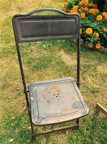 Photo of a rusty folding chair.