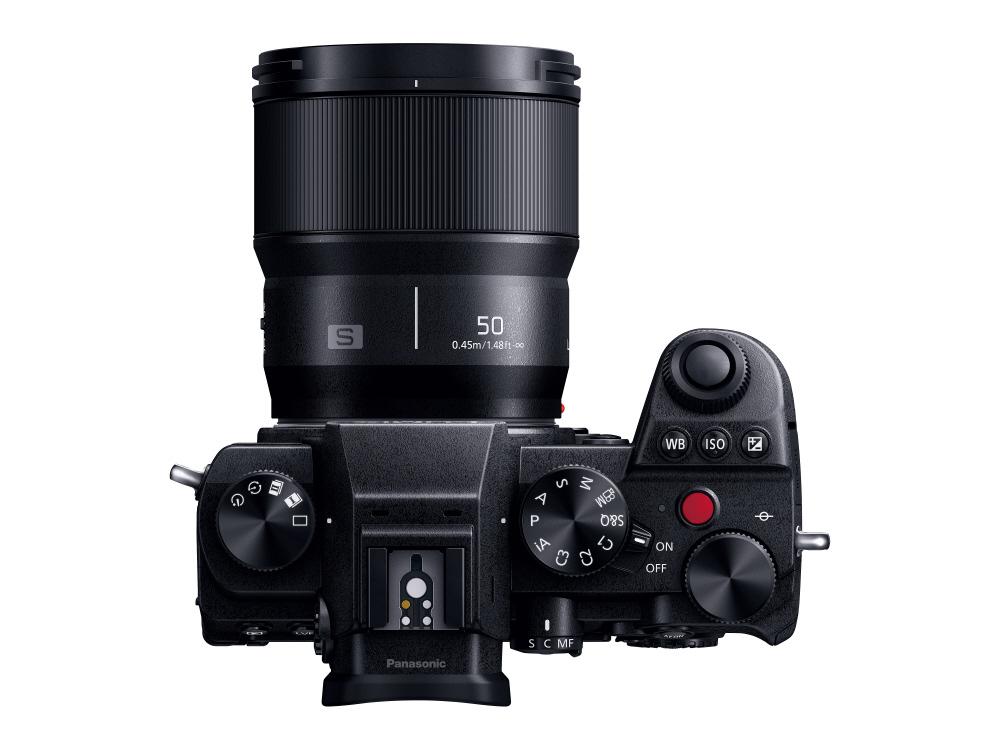 Объектив Panasonic Lumix S 50mm f/1.8 с камерой Panasonic Lumix S5, вид сверху
