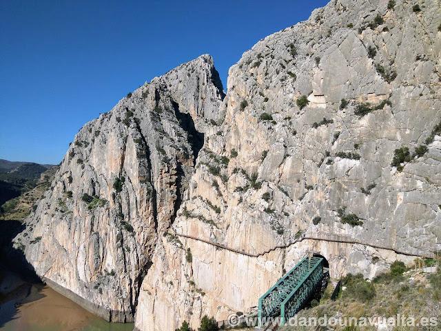 Pasarelas sobre la pared de piedra en la parte final. Caminito del Rey