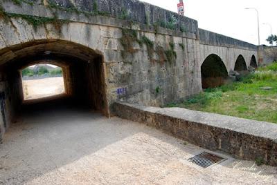 Puente cercano al Hotel Spa Rio Ucero que por arriba para la carretera N-122, tiene varios ojos por los que pasa el rio y uno a la izquierda que es un camino peatonal.