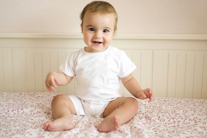 Bebé de un año sentado