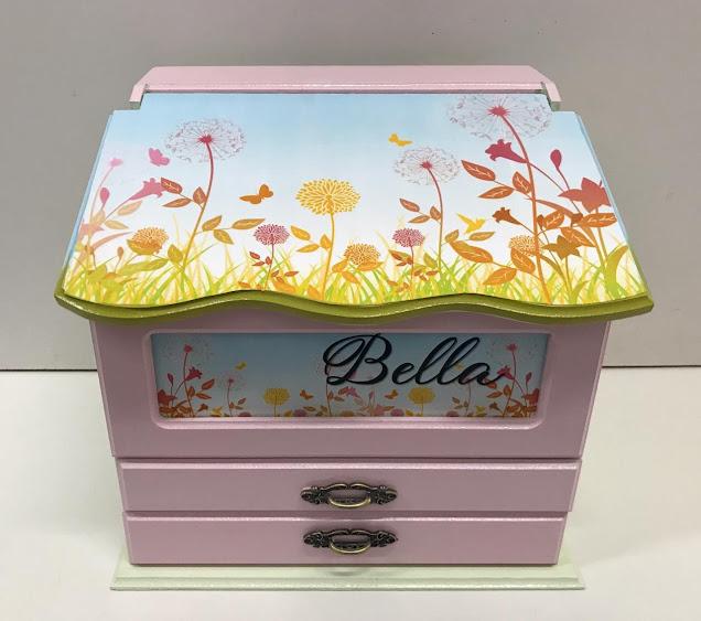 Linda caixa para organizar os remedinhos do quarto do bebê. Caixa decorada no tema jardim. Personalizo o nome.