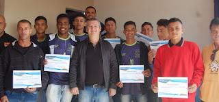 Jogadores da escola municipal de futebol da Ilha receberam  homenagens pelo inédito quarto lugar nos regionais