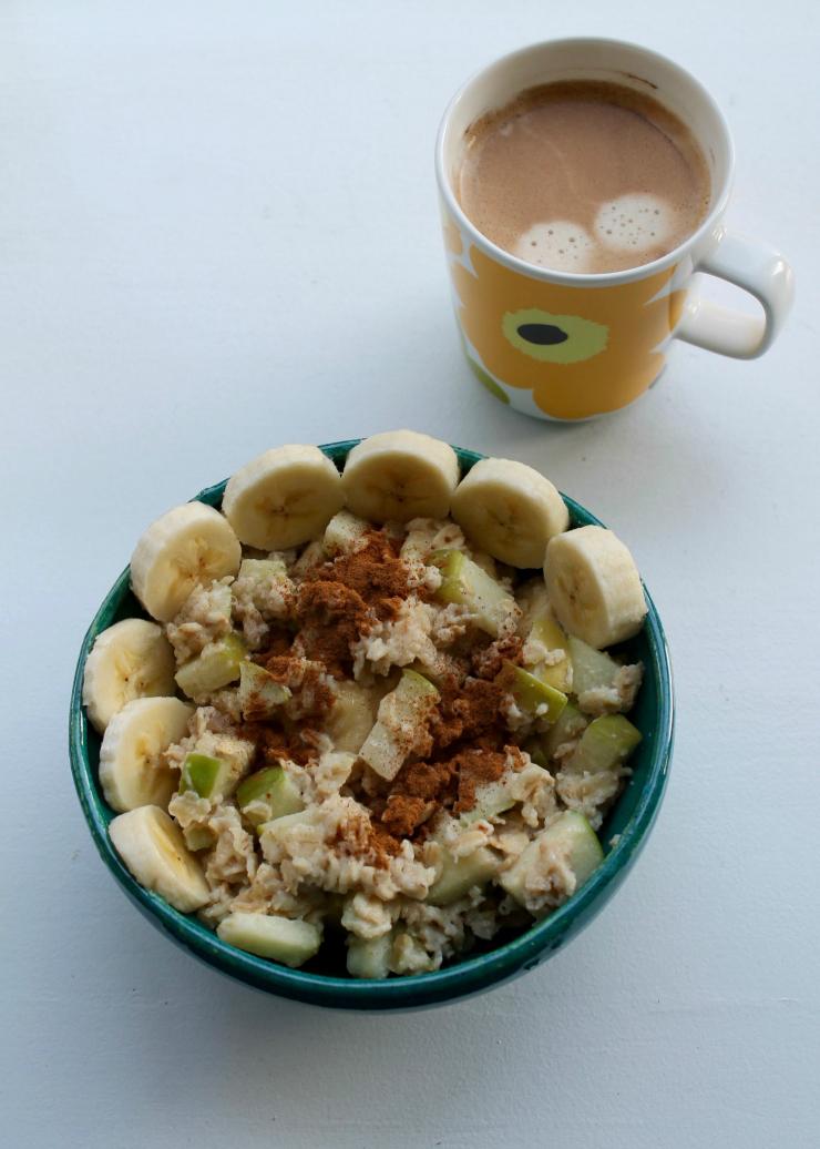Healthy breakfast ideas (vegan friendly): Granny Smith oatmeal, bananas, cinnamon + coffee