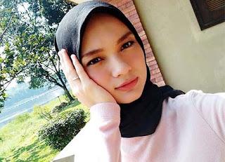 Adinda Putri Pakai Jilbab Hitam