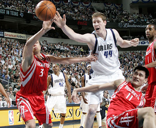 Picture of Shawn Bradley playing basketball