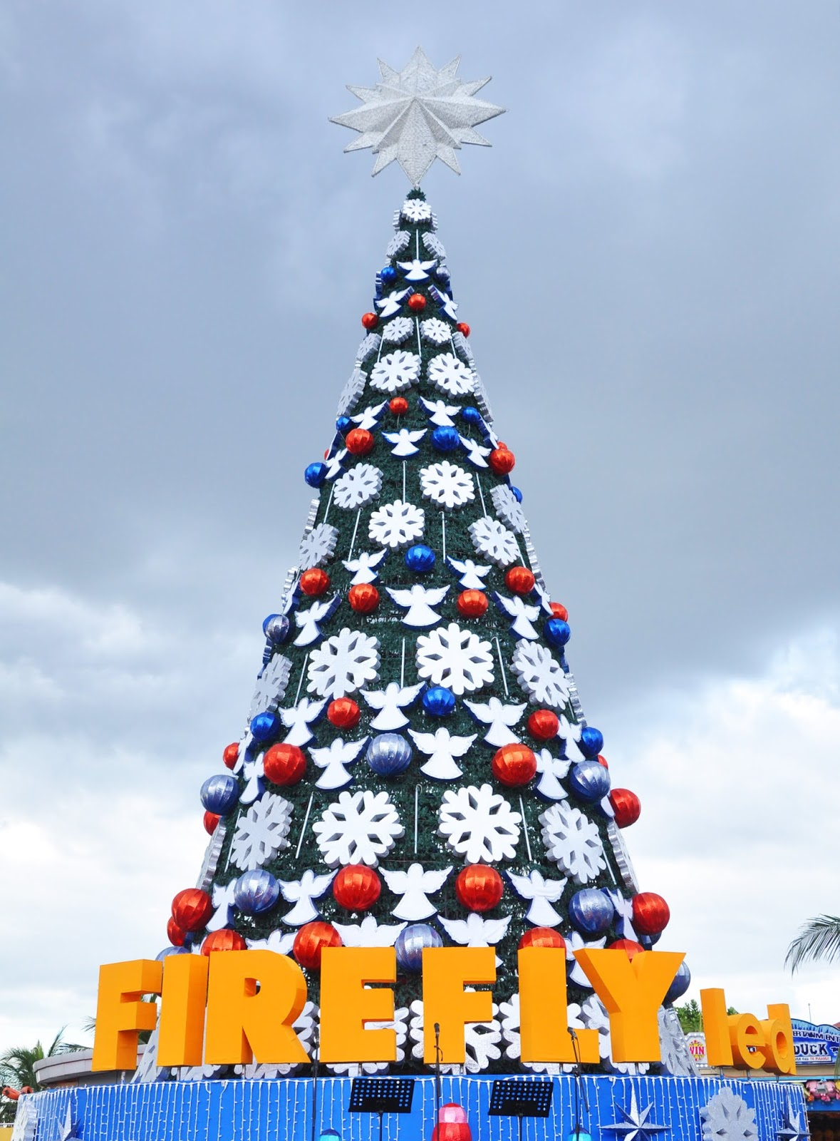 WATCH: #FireflyLED lit up Giant Christmas tree at SM by the Bay in ...