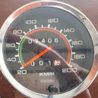 O velocímetro da marca Cronomac registra menos de 8 mil km no odômetro: um carro que rodou muito pouco nos últimos 30 anos.