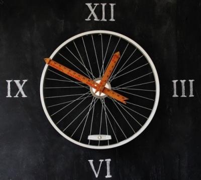 Jam dinding terbuat dari penggaris kayu dan rangka roda sepeda