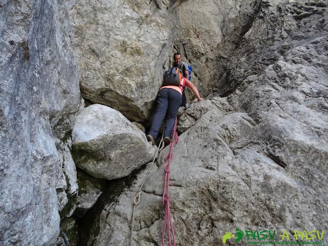 Torre Blanca: Superando el paso con cuerda en la Jenduda