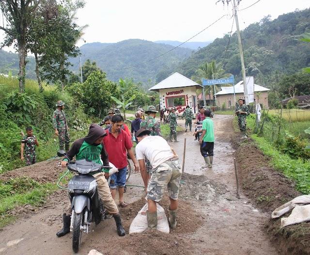 Satgas TMMD ke 109 Kodim 0311/Pessel  Gotong Royong Perbaiki Jalan Rusak