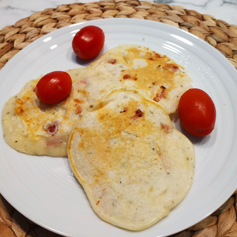 Racuchy z parówką (kabanosem), serem żółtym i oregano