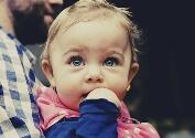 Gambar ini merupakan gambar bayi yang sedang melihat sesuatu