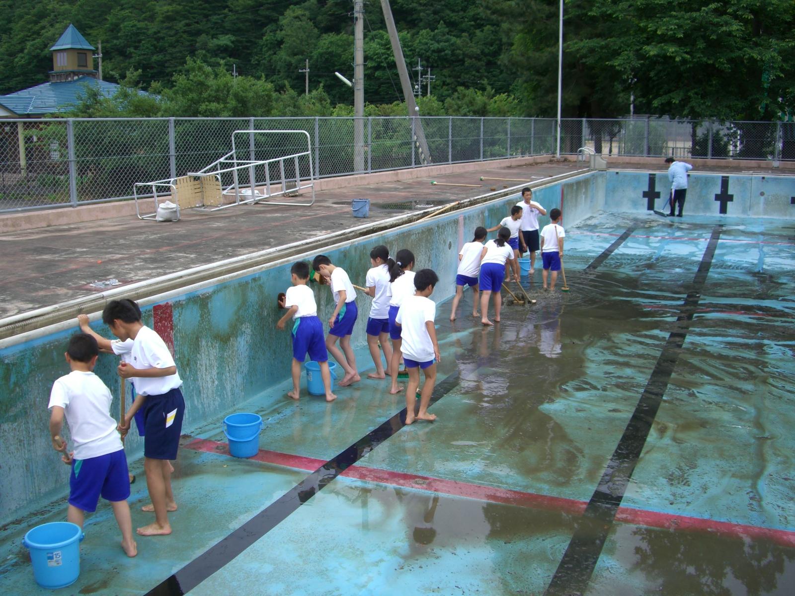 おおい町立名田庄小学校: プール掃除 おおい町立名田庄小学校 2012... おおい町立名田庄小
