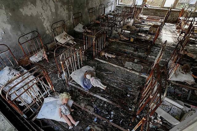 Bonecas num ex-jardim de infância em Pripyat, Chernobyl, ilustram o drama da queda da natalidade russa