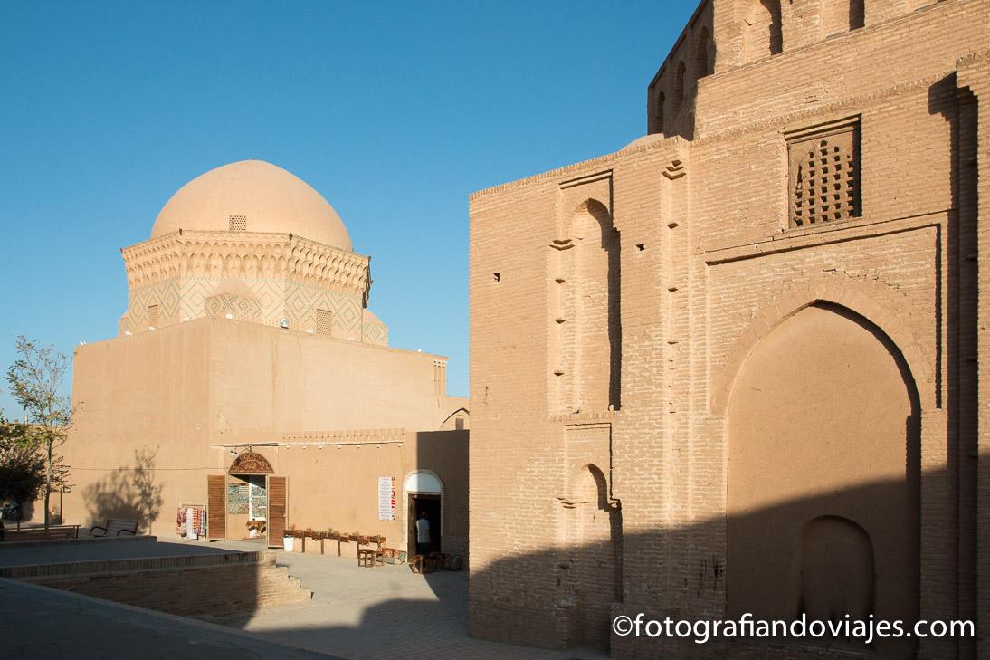 prisión de Alejandro y el mausoleo de los doce imanes en Yazd
