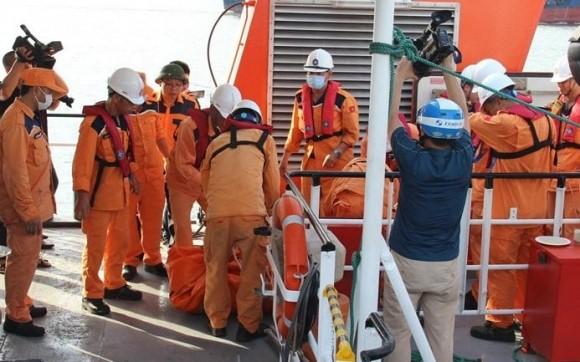 Hai thi thể ngư dân được đưa về bờ