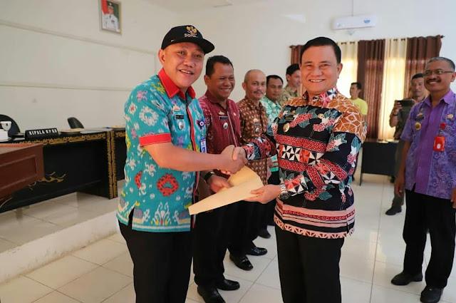 Lunas PBB-P2 2019, Mad Hasnurin Serahkan Reward