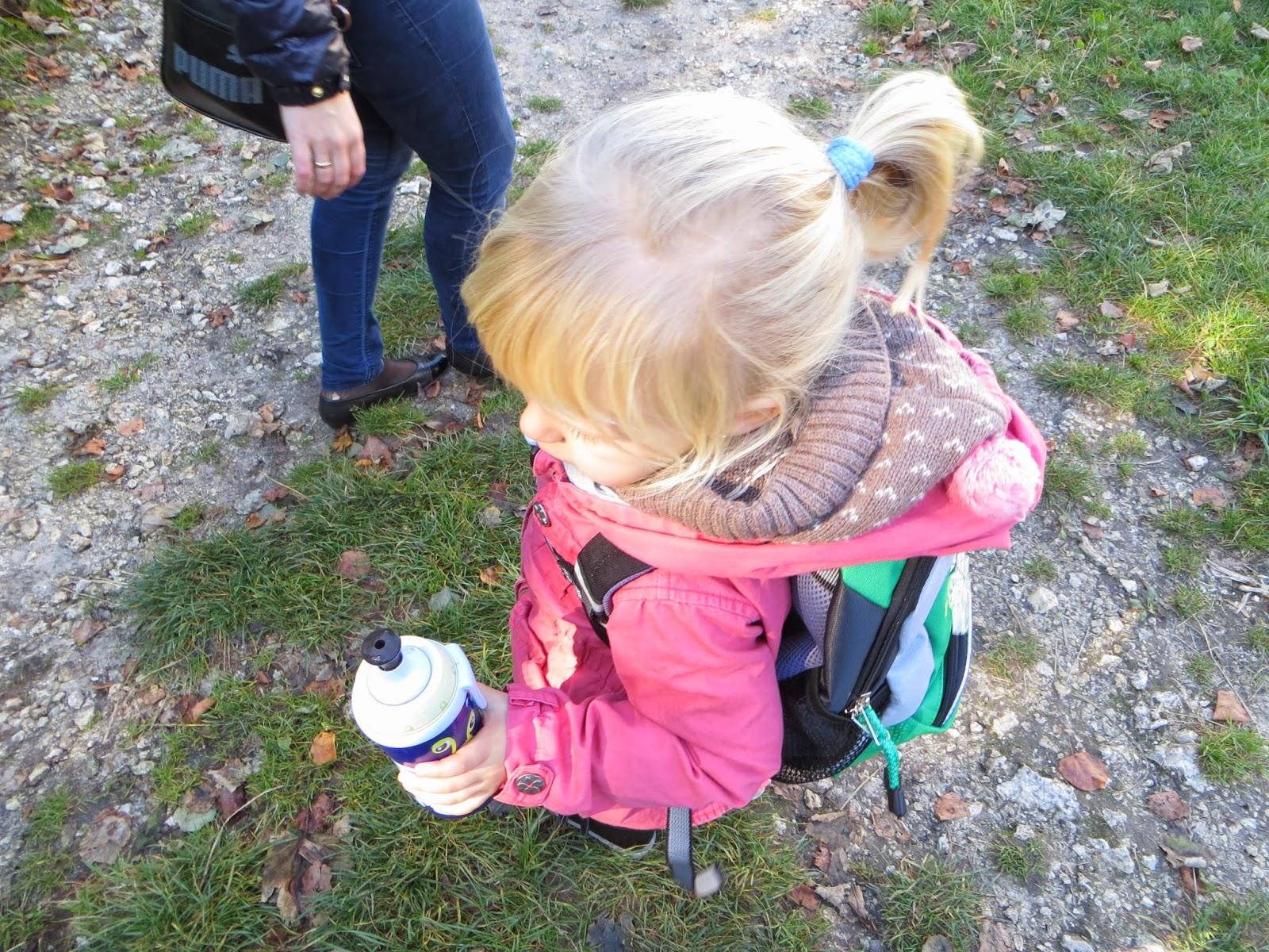 c20ae2c12c0d7 Plecak posiada odblaskową zawieszkę, którą Tosia uwielbia i dzięki, której  jest bezpieczna na naszych pieszych wycieczkach.