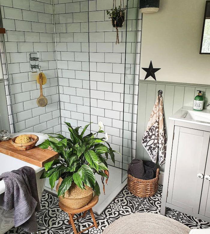 Ducha y bañera exenta de tamaño pequeño