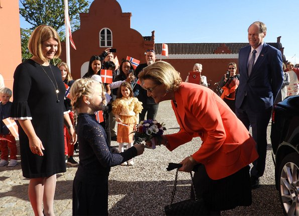 Queen Sonja of Norway attended opening of the Tommerup Ceramic Workshops exhibition in Middelfart. Style of Queen Sonja
