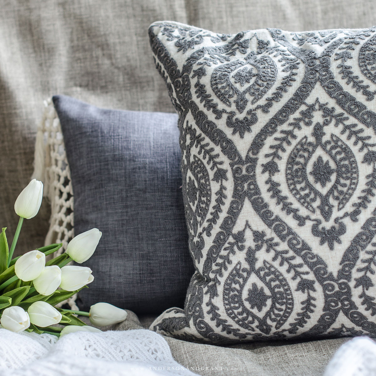 5 Tips on how to properly mix and match throw pillows #decorating101 #howtodecorate #pillows #styling #decorating