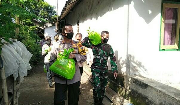 DOR TO DOR BAGIKAN BAKSOS TNI - POLRI  BERSATU MENGURANGI DAMPAK SOSIAL PADEMI COVID-19  DI MASYARAKAT