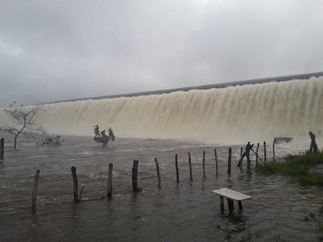 Barragem Mesa de Pedra transborda após fortes chuvas. Fotos e vídeo