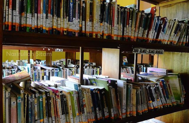 Ruang koleksi perpustakaan daerah Jepara di lantai dua