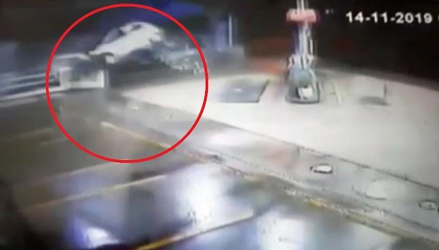 Motorista capota carro em posto de gasolina em SP