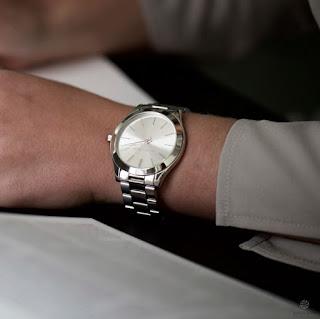 Närbild på handled hos man med armbandsur