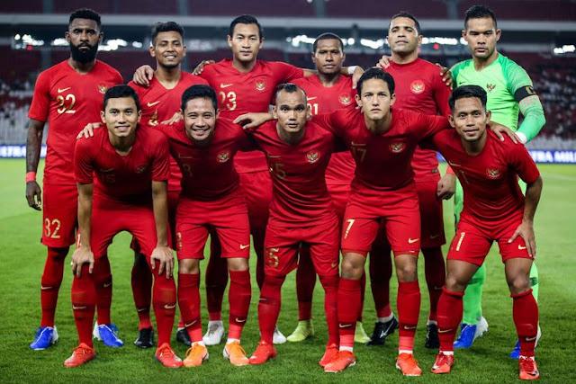 Skuat timnas indonesia sedang melakukan sesi foto di lapangan