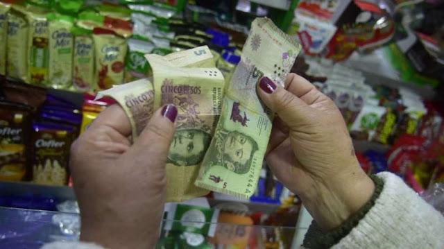 El Banco Central postergó un mes la salida de circulación del billete de 5 pesos