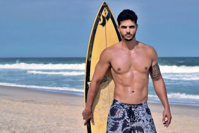 O boytatá Paulo Simas mostra o corpo sarado para ensaio sensual na praia do Recreio. Foto: Anderson Marques