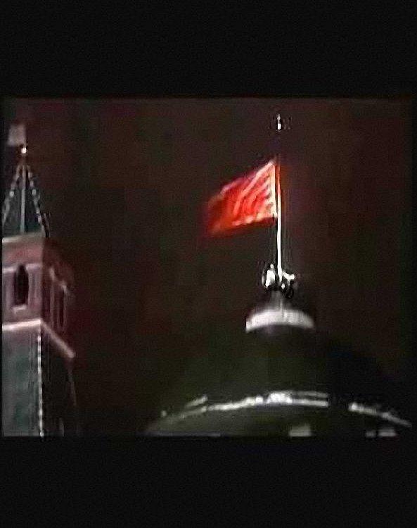 A bandeira da URSS arriada pela última vez do Kremlin. Parecia que tudo terminava. Mas a manobra estava apenas começando.