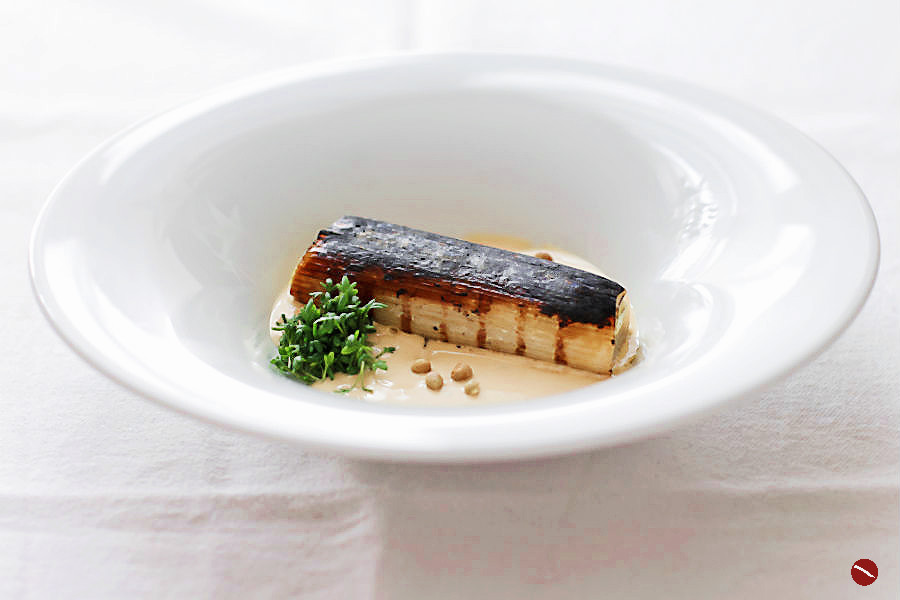 Sous vide gegarter Lauch, abgeflämmt Miso-Mayonnaise Japanischer Sancho-Pfeffer, Frühlingsernte| Arthurs Tochter – Der Blog für Food, Wine, Travel & Love