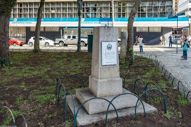 Herma onde estava busto do professor João Ribeiro de Macedo Filho