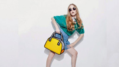 Mujer modelando con bolso amarillo