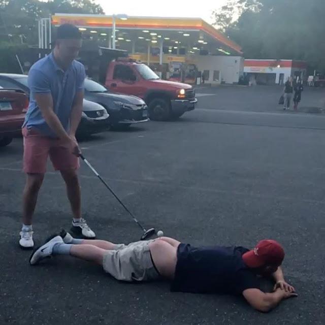 Intentó jugar golf en el trasero de su amigo y termina fatal