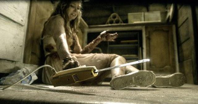 Evil Dead - Natalie (Elizabeth Blackmore) gets her hand on an electric carving knife