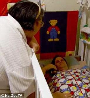 Thornton é acordado pela manhã por sua colega de quarto, ex-enfermeira Sandra Diaz
