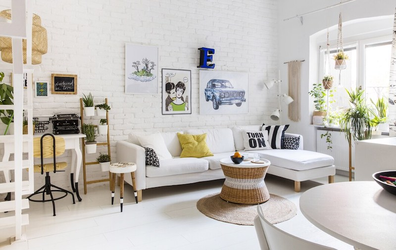 Salón, despacho con escalera en dúplex de estilo escandinavo