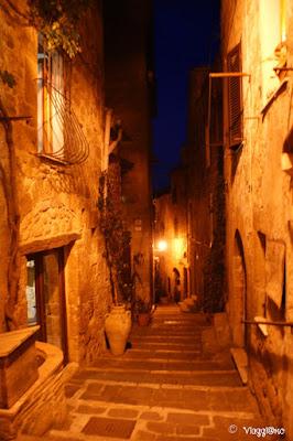 Il centro storico ed i vicoli di Pitigliano di sera