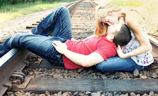 best cute kissing couples boy kissing girl in railway track photos images.jpg