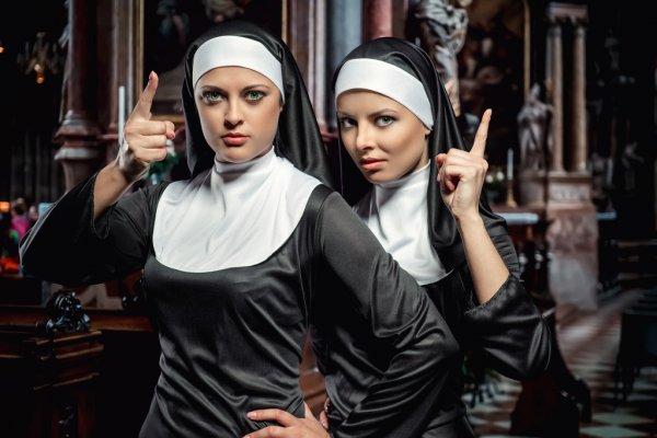 Sokakta Takip Edilen iki Rahibe