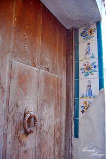 Detalle de los azulejos típicos valencianos, con motivos de la vida rural de la época, decorando el marco de entrada de la casa