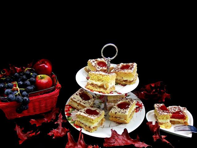 Prăjitură cu umplutură de mere şi cremă de vanilie