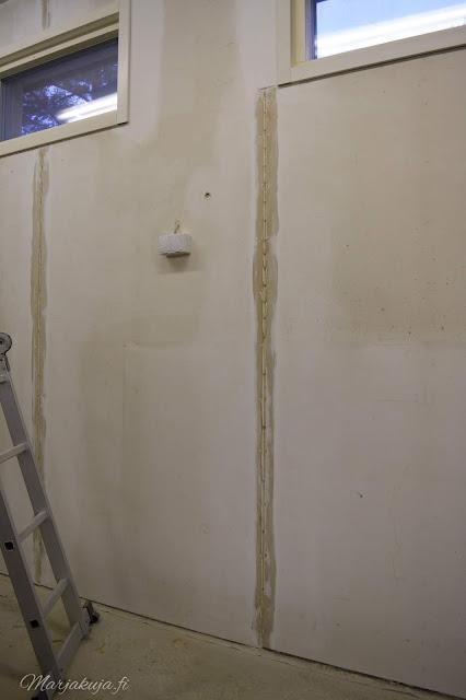 autotallin seinien cyproc levyjen tasoitus ja saumaaminen.