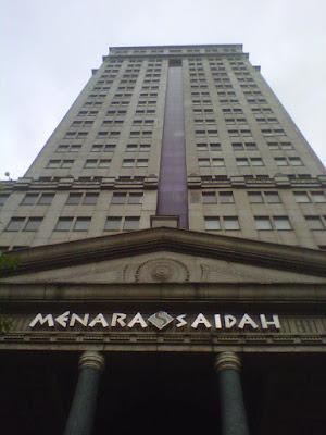 Sejarah Menara Saidah   Menara Saidah terletak di Jl. MT Haryono, Jakarta Timur. Menara ini didirikan pada 1998 pertama kali dengan nama Grancindo Building. Pada saat masih disebut Grancindo Building, bangunan ini hanya memiliki 15 lantai. Tapi ketika beralih kepemilikan kepada Saidah Abu Bakar, sang pemilik baru lalu melakukan renovasi besar-besaran dan menjadikannya bangunan dengan 28 lantai. Tak hanya itu, menara ini lalu berganti nama menjadi Menara Saidah. Sejak dibuka kembali pada 2001, Menara Saidah memiliki daya tarik tinggi untuk komunitas bisnis. Hal ini dibuktikan, banyaknya perusahaan – perusahaan yang berkantor di Menara ini. Setiap lantainyapun penuh oleh karyawan yang sibuk di berbagai perusahaan yang ada di menara ini  Pada saat kejayaannya, pada malam hari, bangunan dengan 28 lantai ini mengeluarkan cahaya yang indah seperti sekelompok kunang-kunang dari kejauhan. Namun, kemegahan bangunan yang dimiliki oleh Saidah Abu Bakar hanya berumur pendek. Pada 2007, Menara Saidah resmi ditutup untuk umum. Tidak banyak orang tahu alasan ditinggalkannya Menara Saidah. Beberapa orang mengatakan manajemen yang buruk menjadi penyebab para penyewa menjadi tidak betah. Namun, ada beberapa sumber yang menegaskan bahwa struktur dari Menara Saidah semakin   Merasa Dicolek   Referensi  http://www.kaskus.co.id/thread/546af562bfcb17e47c8b4576/dua-tempat-mengerikan-di-cawang-jakartatimur/1